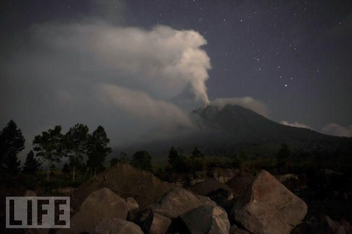 Volcanic Eruption Threatens Indonesia - Photo - LIFE