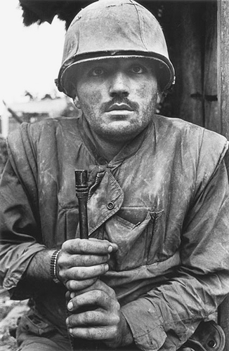 Shocked soldier Vietnam - Photographie de Don Mc Cullin