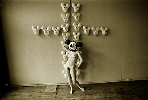 The Static Electric Effect of Minnie Mouse on Mickey Mouse Balloons, 1968 - Photographie Les Krims