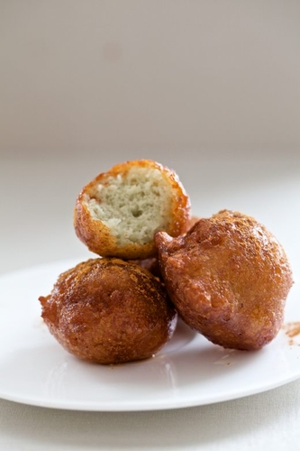 fresh ricotta doughnuts with warm honey & cinnamon #cuisine #food #recette