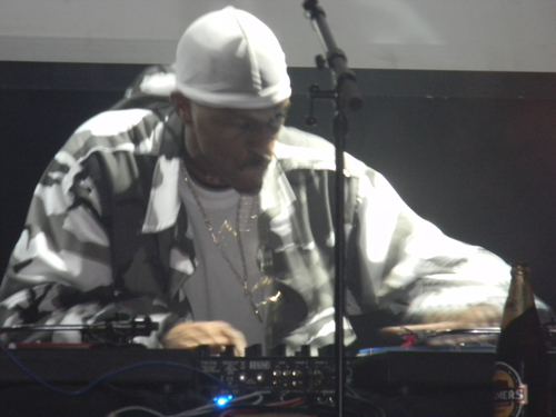 Rakim scratching during his concert