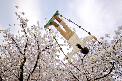 Young girl on swing, Takamatsu, Kagawa, Japan - Photographie de Kevin Cozma