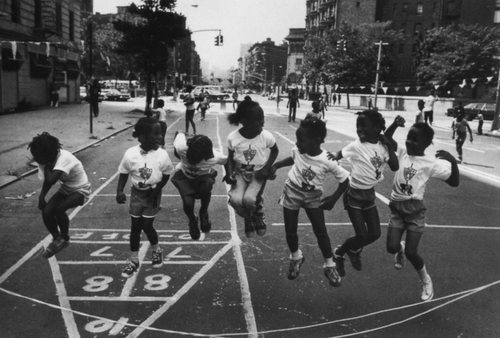 Children Playing, Harlem, New York 1981 -  Raymond Depardon #photography #photo