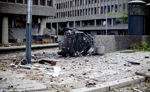 #norway The wreckage of a car lies outside government buildings in the centre of #Oslo