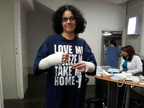 mona el tahawy : with her casted arms #tahrir
