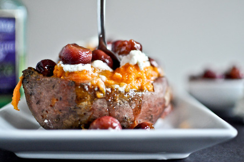 Roasted Grape, Goat Cheese + Honey Stuffed Sweet Potatoes   #food #recettes #recipes #cuisine
