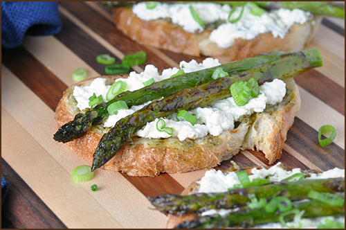 Open-Faced Roasted Asparagus with Fresh Ricotta and Pesto    #food #recettes #recipes #cuisine