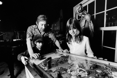 Serge Gainsbourg avec Kate Barry (fille de Jane Birkin) et sa fille Charlotte à Paris