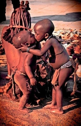 Massaï children Kissing