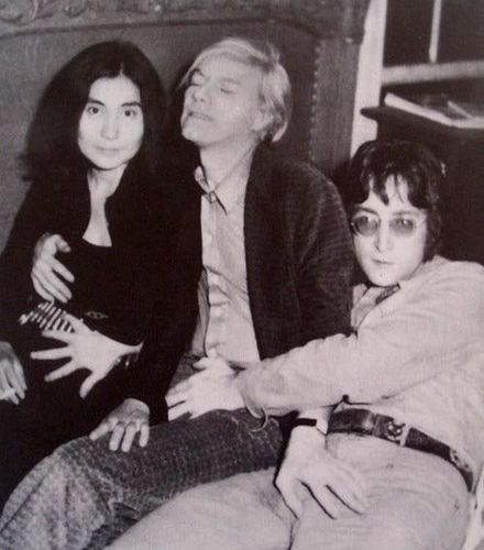 photo troublante de Yoko Ono, Andy Warhol, & John Lennon