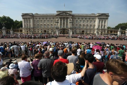 Thousands have gathered outside Buckingham Palace ahead of the royal birth