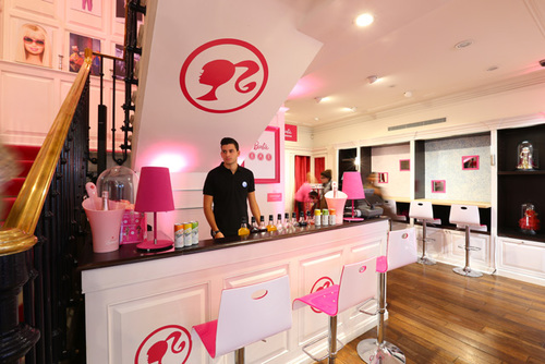 Le bar Barbie ouvre ses portes à Paris : golem13