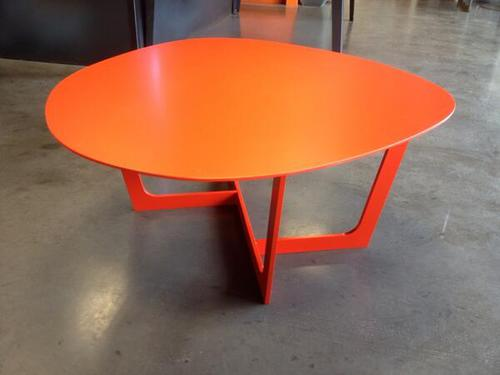Nouvelle table GALET laqué orange sang