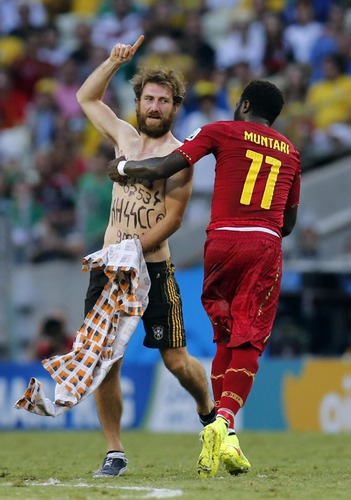 Nazi-sympathizer invades pitch during Ghana-Germany game
