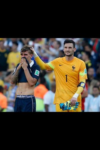 La France a perdu 1 but contre 0 face à l'Allemagne : Très belle photo de Lloris et Griezmann #FRA