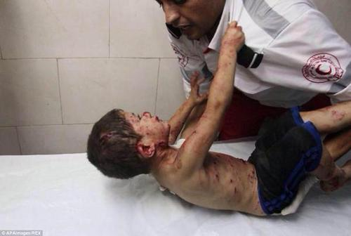 Palestinian kid is so frightened to leave the paramedic . heartbreaking #Gaza #GazaUnderAttack