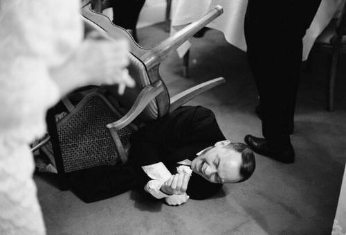 Frank Sinatra tombant de sa chair en riant  à une blague de Joe E. Brown.
