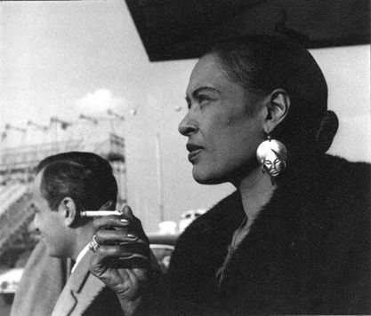 Billie Holiday à l'aéroport d'Orly, Paris, photographiée par Jean-Pierre Leloir, 1958.