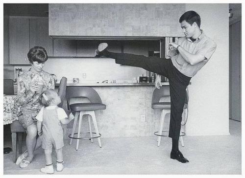Bruce Lee, son épouse et son fils Brandon Lee en 1966.