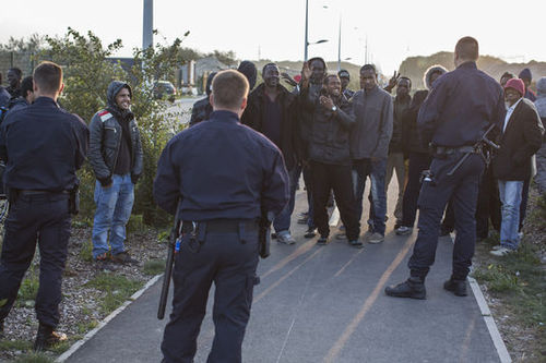 Human Rights Watch dénonce les violences policières contre les migrants à Calais