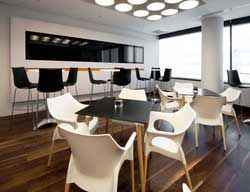 Fauteuils empilables design Ola et tables de restaurant Stefano !